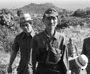 Onoda leaves the jungle after 29 years. The adventurer who found him, Norio Suzuki, is on the left.