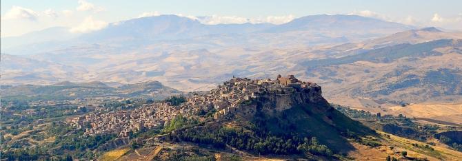 Cette vue sur la moderne Enna, perchée dans les montagnes du centre de la Sicile, donne une bonne idée de l'excellente position défensive de la ville. Le capital d'Eunus était, dit Diadorus Siculus, presque insensible aux tactiques de siège ordinaires, et ne tombait que par trahison.